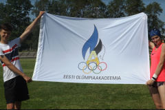 Foto-1-2-tubli-sportlast-hoidmas-olümpialippu